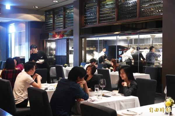 在H2O水京棧國際酒店1樓的教父牛排,透明化廚房,在享用頂級牛排的同時,又能欣賞師傅的手藝。(記者張忠義攝)