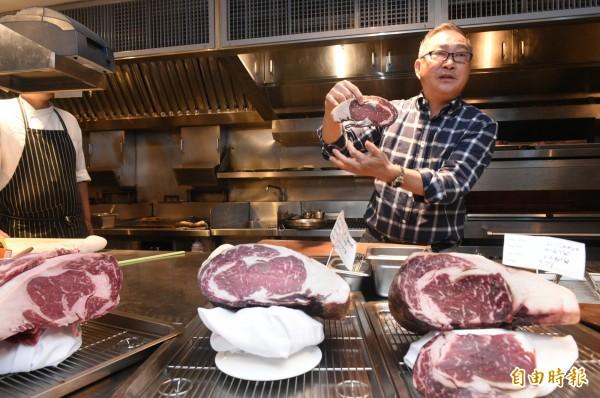 鄧有癸以數十年「玩肉」心得,針對不同國籍、品種牛肉,在店內進行「乾式熟成」,在熟成天數上,不陷入過度迷思,以 28 天為最佳熟成天數。(記者張忠義攝)