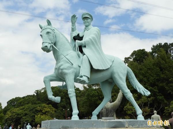 促轉會統計,全國公共空間蔣介石銅像高達1083座,解嚴迄今逾30年,威權象徵遍佈全國。圖為大溪慈湖園區蔣介石戎馬銅像。(記者陳鈺馥攝)