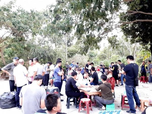 警方在田寮某山坡地破獲天九牌職業賭場。(記者黃佳琳翻攝)
