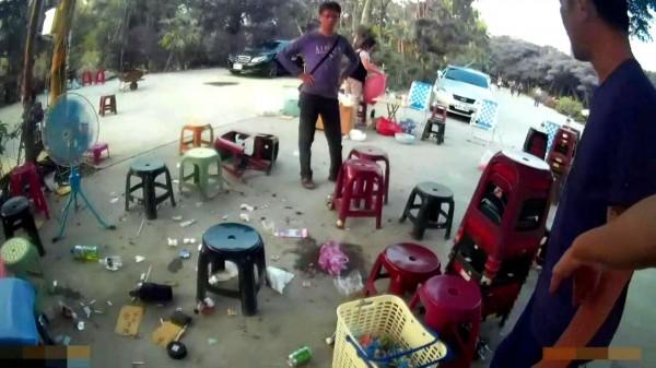 警方在田寮某山坡地破獲天九牌職業賭場,賭客四處逃竄。(記者黃佳琳翻攝)