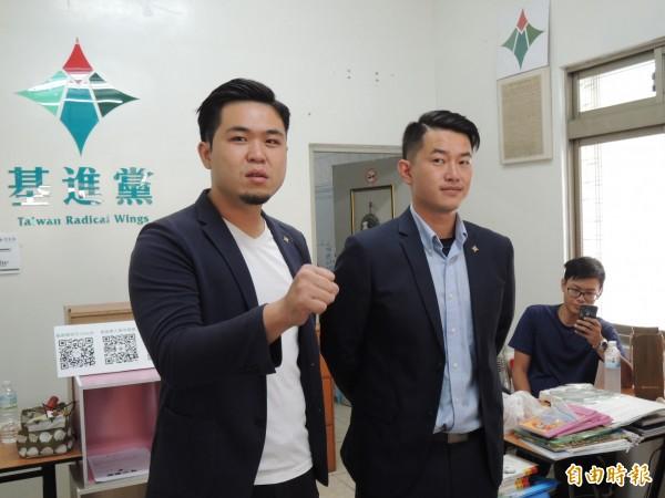 基進黨發言人洪正(左)與抗韓戰將陳柏惟,說明環島搬家、守護台灣九局下半行動內容。(記者王榮祥攝)