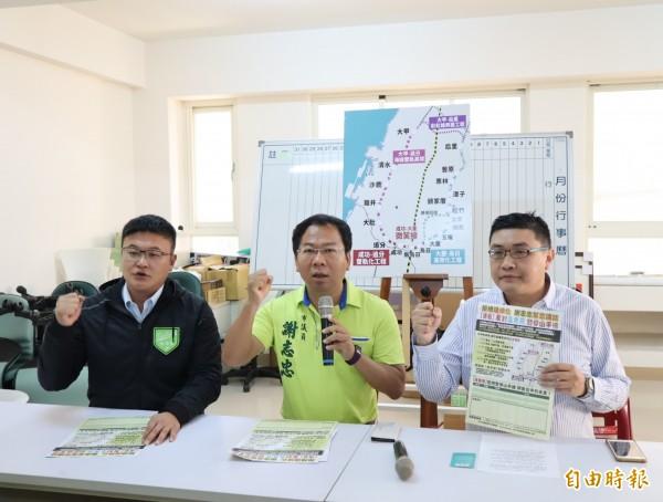 台中市議員謝志忠(中)、市議員當選人施志昌(左)及市民周有為(右)一起召開記者會,反對停建山手線。(記者歐素美攝)