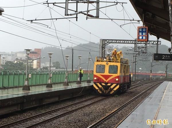 台鐵百福車站附近今早電車線掉落,造成班車延誤,4000人受影響,台鐵工程人員緊急搶修。(記者俞肇福攝)