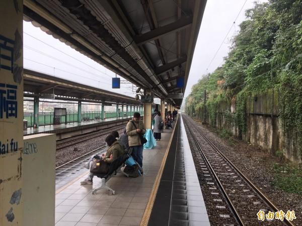 今早上午9時43分,台鐵百福車站附近電線掉落,台鐵汐止=基隆間電車線故障,導致東、中、西線電車線沒電,列車一度無法發車,乘客只好苦苦等候。(記者俞肇福攝)