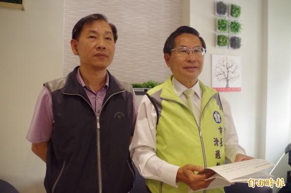 陳火川(左)昨以支持者身分向嘉義地檢署舉發選舉無效,涂醒哲(右)今表示給予尊重。(記者王善嬿攝)