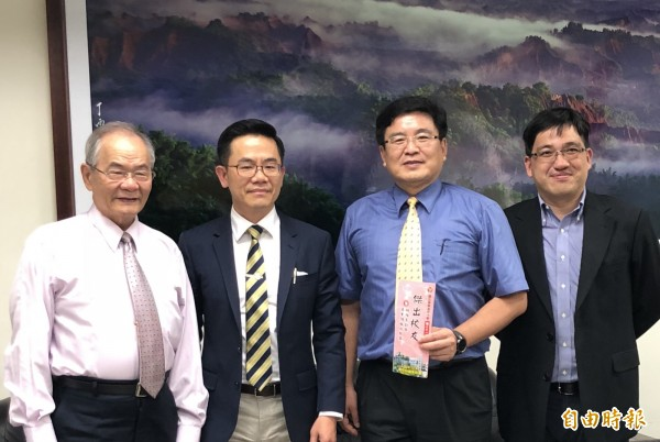 曾憲榮(左2)今天應校長陳國祥(右2)之邀回母校屏東高中,與恩師張雅雄(左1)相見歡。(記者羅欣貞攝)