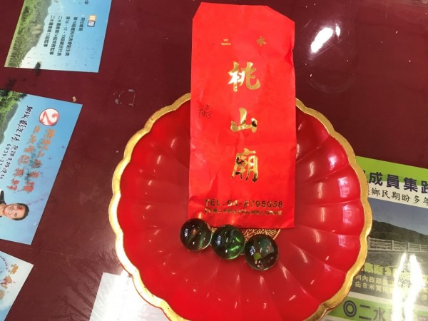 二水鄉長鄭蒼陽為求連任,向二水知名廟宇桃山廟求來6顆明珠,選前當天其中3顆遭竊,造成連任落選。(記者陳冠備翻攝)