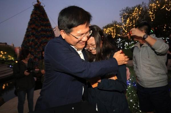 林佳龍在耶誕樹點燈,不少民眾為他加油打氣。(市府提供)