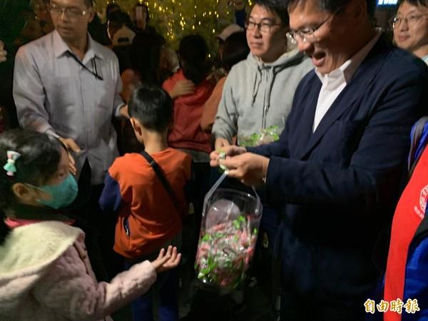 柳川椰誕樹點燈,市長林佳龍現場發糖果。(記者蔡淑媛攝)