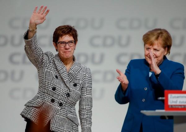 德國執政黨基督教民主聯盟(CDU)新任黨魁出爐,由秘書長克朗普凱倫鮑爾(左)順利接棒梅克爾(右)。(法新社)