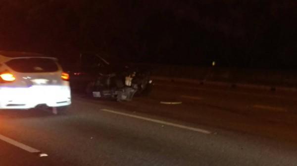 國道中山高南下84.8公里處今天凌晨0點41分發生翻車事故。(圖由新竹縣政府消防局提供)