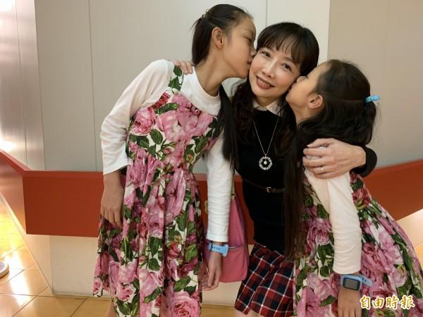 俞小姐罹患抗磷脂症候群,治療後生下2個可愛女兒,開心與主治醫師陳信華合影,。記者蔡淑媛攝)
