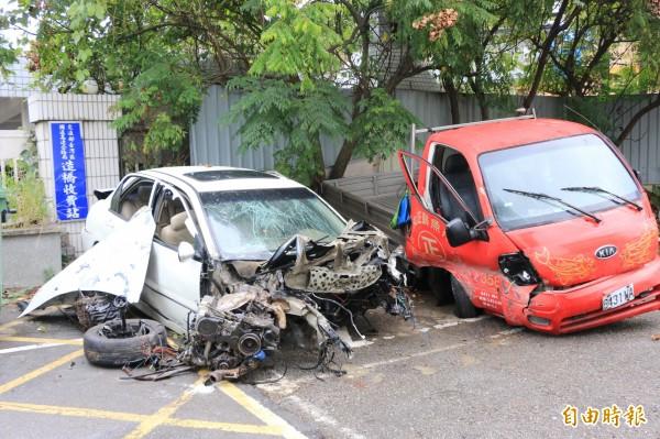 白色自小客車車身全毀,車頭變形,引擎彈出;小貨車副駕駛座嚴重毀損。(記者鄭名翔攝)