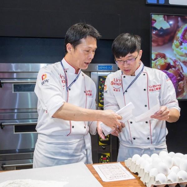 曹志雄(左)對於教育相當熱情。(店家提供)