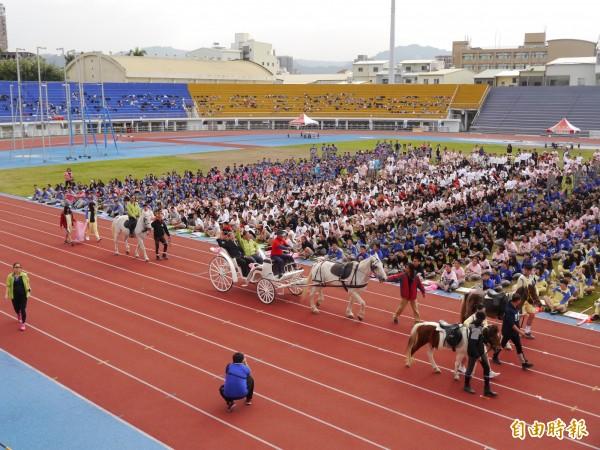弘文中學運動會,馬車進場展現創意。(記者張軒哲攝)