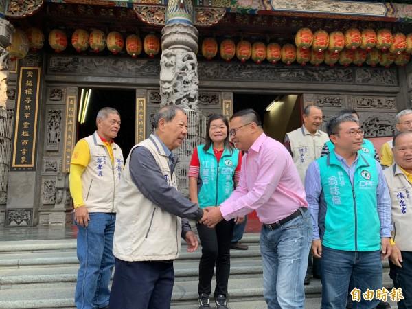 民進黨立委參選人王義川到紫微宮參拜。(記者蔡淑媛攝)