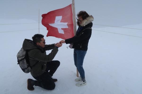 許民憲在瑞士少女峰,拿出求婚鑽戒向林雨萱求婚成功。(記者丁偉杰翻攝)