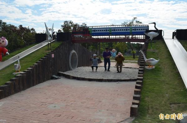 湳仔社區充滿童趣的溜滑梯公園。(記者林國賢攝)