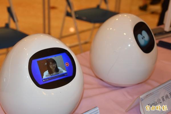 義大醫療與日本MJI公司合作開發的Tapia迎賓機器人及Tapia藥品衛教機器人。(記者蘇福男攝)
