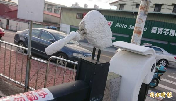 大里區鷺村橋護欄上的白鷺鷥塑像,本月5日清晨再度被發現20隻遭惡意扭斷脖子破壞。(記者陳建志攝)