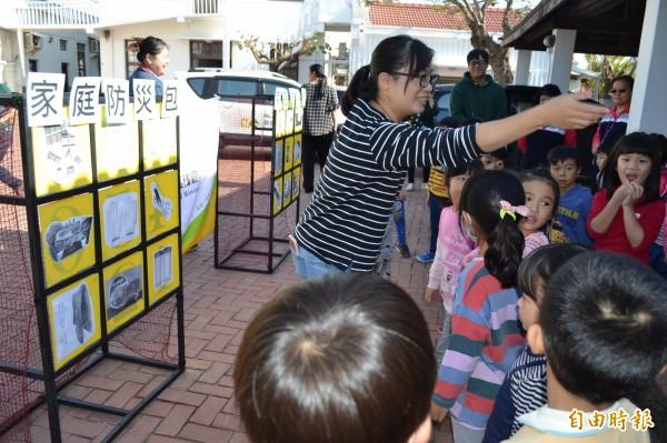 教導社區學童認識防災包及進行防災演練。(記者楊金城攝)