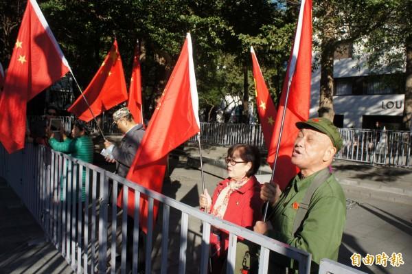 雙城論壇登場,統派團體舉著五星旗到場。(記者黃建豪攝)