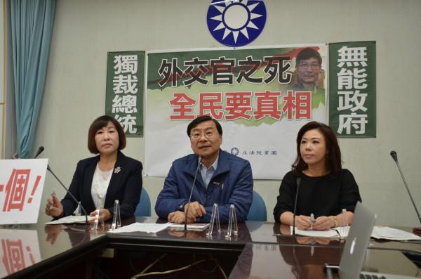 国民党立委吕玉玲(左起)、曾铭宗、李彦秀要求行政院一个月内查明苏启诚案。(记者黄欣柏翻摄)