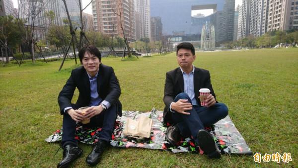 台中市长就职典礼,参加的准局处首长,「行头」就是浅上衣牛仔裤,众人席地而坐一起吃早餐,要展现亲民。(记者苏金凤摄)