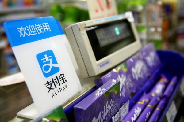 中国「支付宝」等第三方支付平台普及所造成的「无现金化」现象,造成老年人、海外游客等族群消费上的不便。(路透,资料照)