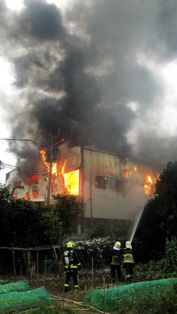 大雅區一家木器工廠今天下午發生大火。(記者歐素美翻攝)