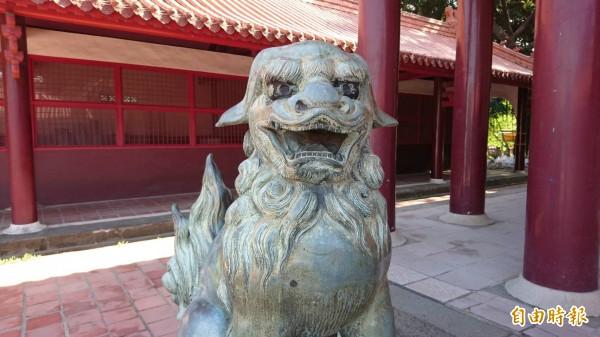 目前立在忠烈祠的狛犬,原本鎮守在台南神社,也就是現在的南美館2館基地,據傳沒有角的,是母狛犬。(記者洪瑞琴攝)