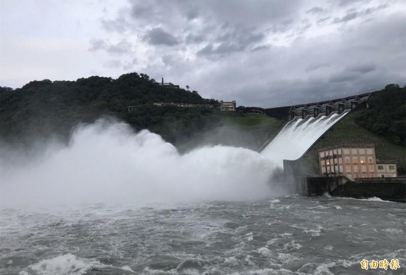 利奇馬颱風過境灌飽石門水庫,北水局開啟溢洪道的洩洪盛況。(記者李容萍攝)