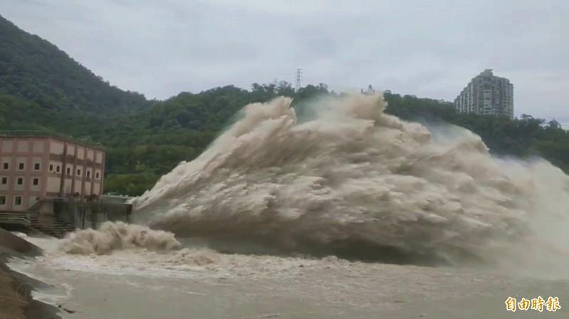 利奇馬颱風過境灌飽石門水庫,北水局開啟排砂隧道「蓄清排渾」(記者李容萍攝)