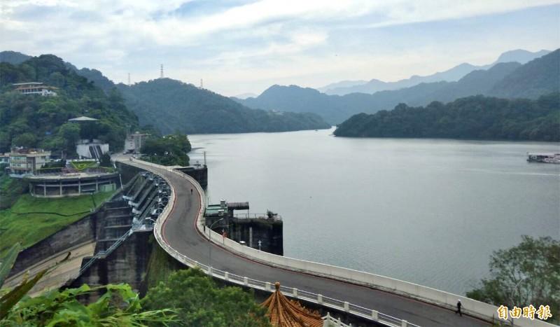 利奇馬颱風過境灌飽石門水庫,水庫水位仍接近滿水位。(記者李容萍攝)