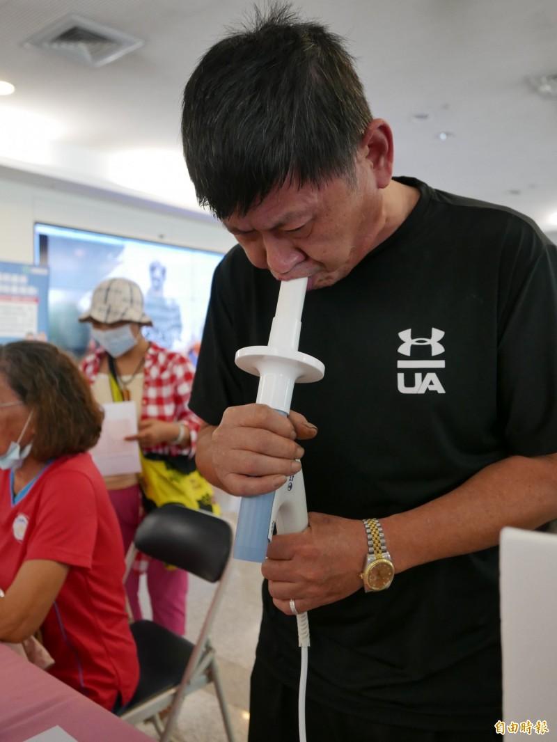 民众进行肺功能筛检。(记者蔡淑媛摄)