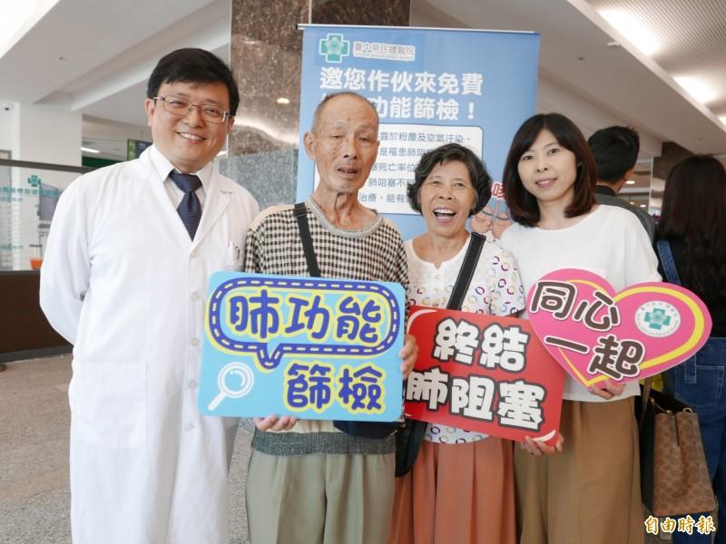 张阿伯接受治疗后改善喘咳痰,重新能好好生活,家人也开心,与医师詹明澄提醒不要轻忽,好好治疗。(记者蔡淑媛摄)