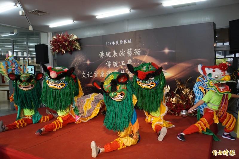 吳登興指導的龍鳳獅陣,參加教育部各級學校民俗體育錦標賽,連兩年拿下多獅混合組、單獅女子組、多獅女子組特優。(記者詹士弘攝)
