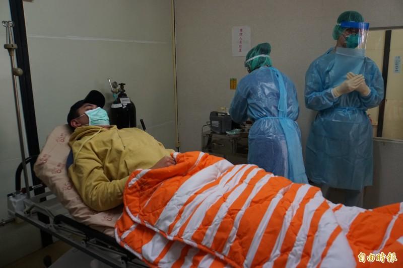 因應武漢肺炎疫情,雲林縣府下午辦理發燒篩檢就醫分流演習。(記者詹士弘攝)