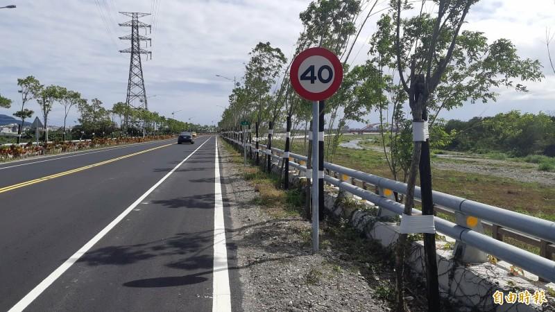 台東市太平溪路堤共構道路新通車,大家感受相當方便,但認為限速40公里太龜速。(記者黃明堂攝)