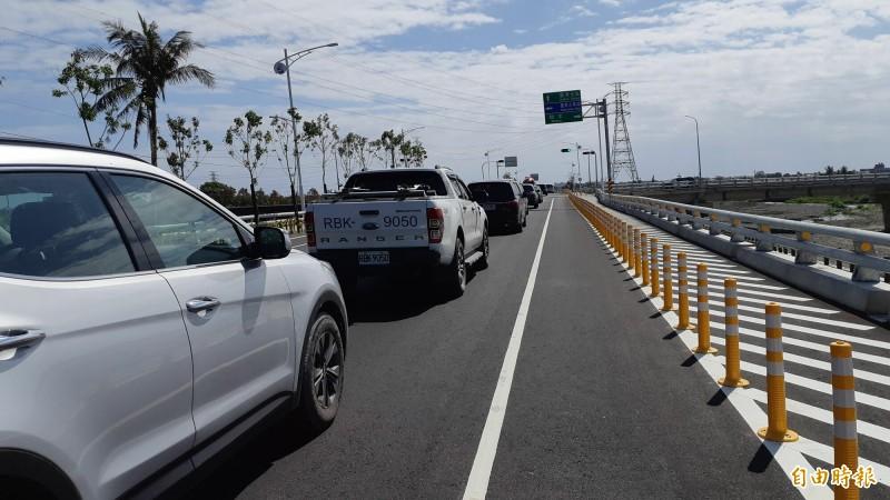 台東縣府及市公所近20輛的車隊今天疾駛在速限40公里的太平溪路堤共構道路,車速都飆破100公里。(記者黃明堂攝)