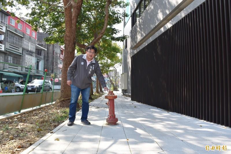 市議員楊家俍發現既有消防栓就未移除還矗立入口步道形成路障,已會勘要求移除。(記者李容萍攝)