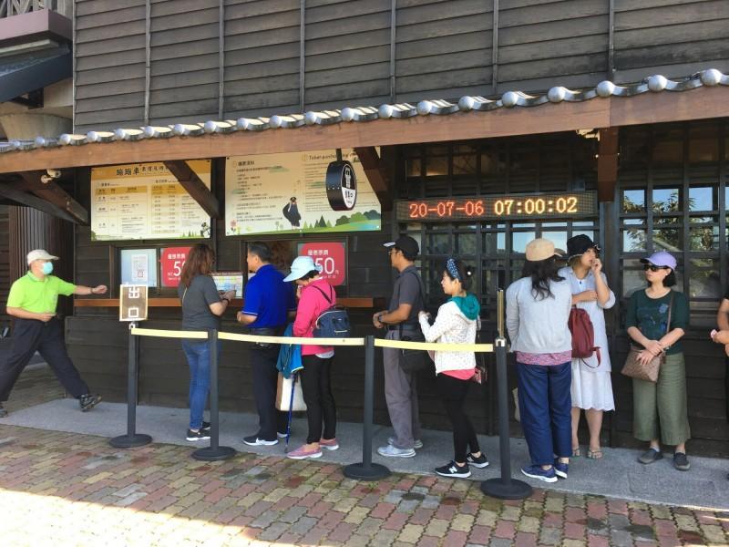 蹦蹦車太平山站今天上午7點就出現排隊購票人潮。(記者江志雄翻攝)