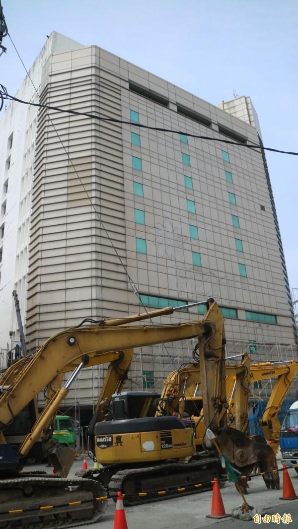 花蓮0206強震造成花蓮市中華路上的遠東百貨舊館變危樓,業者今派營造公司進駐拆除作業。(記者王錦義攝)