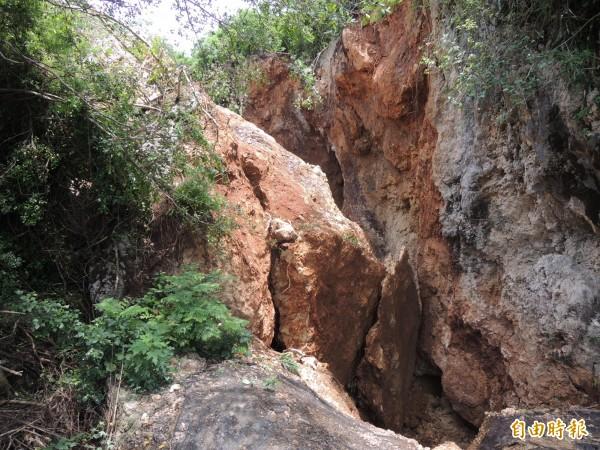 壽山挖寶計畫旁出現大面積山壁崩塌。(記者王榮祥攝)