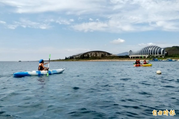 白天可划獨木舟,從後灣海上欣賞不同角度的海生館。(記者潘自強攝)