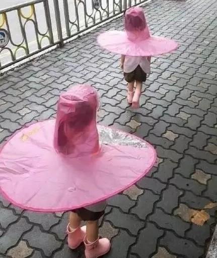 頭戴式雨衣讓網友直呼「像保險套」。(圖取自《微博》)