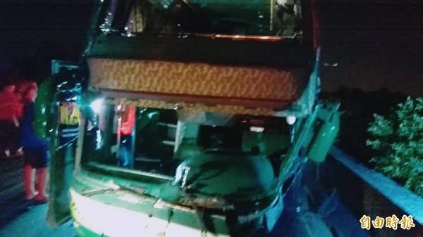 一輛車上載有16名乘客的阿羅哈客運,昨深夜在國道一號北上岡山路段衝撞護欄。(記者黃佳琳攝)