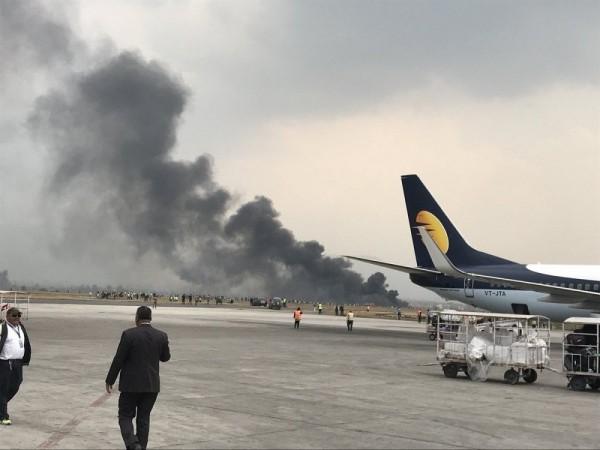尼泊爾特裡布萬國際機場發生墜機事故,現場冒出大量濃煙,狀況恐不樂觀 推特圖片