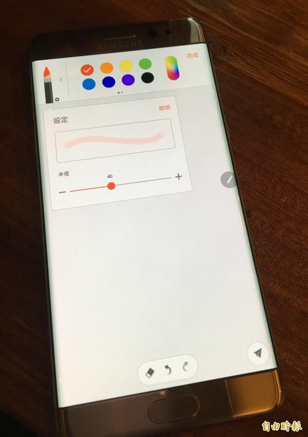 「Samsung Note」新增多款筆刷,能隨選畫筆混色創作。(記者陳炳宏攝)